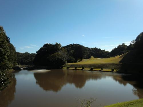 ティショットの直ぐ前の池、越えることはできますが、<br />つい力が入ってしまいます。