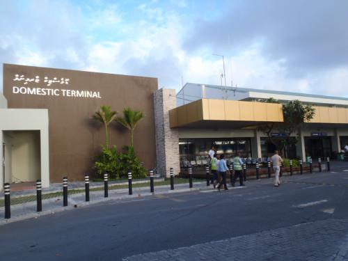 リゾートへは国内線利用となります。<br />こちらは国内線のターミナルとなります。<br />マーレ空港は小さい空港で、こちらは国際線のターミナルから歩いて5分とかかりません。