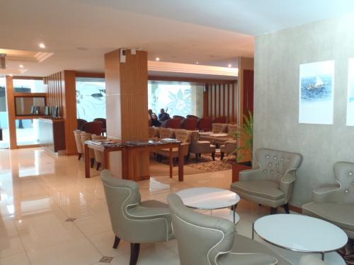 シャングリ・ラに行くお客様はラウンジが使えます。<br />最近改装されて以前の倍くらいの広さになりました。<br />こちらは拡張されたエリアです。