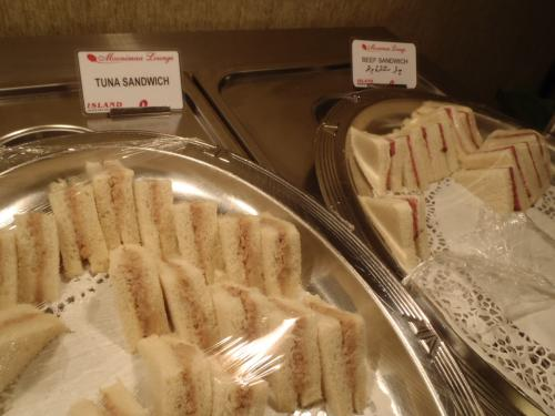 サンドウィッチの他にツナトースト、クラッカー、ナッツなどもありました。