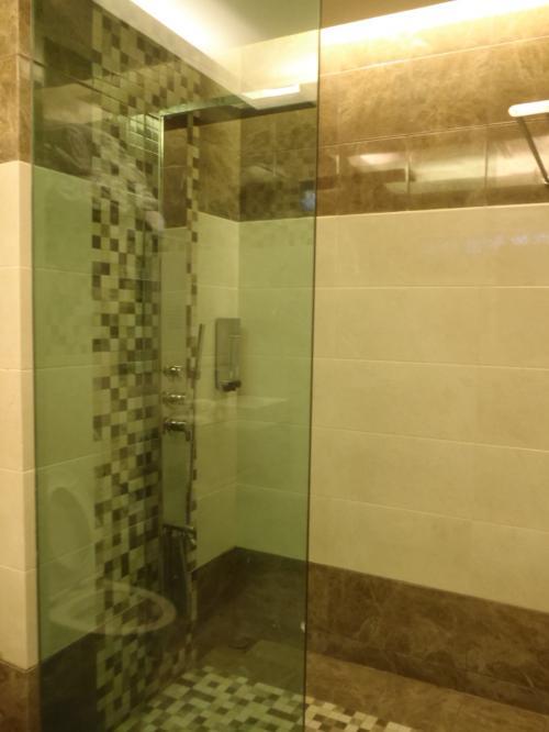 シャワールームも1つあります。<br />ソープやタオルも完備していますので、リゾート出発の前にご利用いただけます。