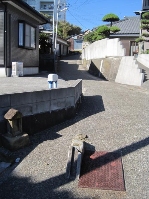 駐車場の横のこの緩い道を進んでいくと、お目当てのレストラン<br /><br />『オドーリ・キッチン』さん。http://odori-kitchen.com/<br /><br /><br /><br />
