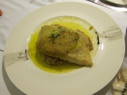 番外編その1:サーモン/ボブラノソースのオーブン焼きです。<br /><br />Salmon al horno con mole poblano curado con chocolate y noquis al pesto.