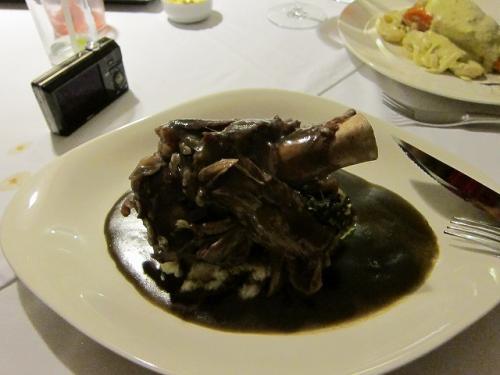 番外編その3:オッソブッコの3種チレとスイートポテト&フリホールソースです。<br /><br />Ossobuco en su jugo a los tres chiles y pure de camote con frijoles templadas. $260MN