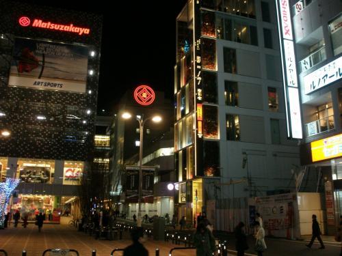 徒歩数分、当日の会場は真中のビル <br /><br />延吉香 http://locoplace.jp/t000203351/<br /><br />