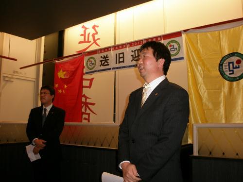 その後、<br /><br />新会長の金吉山さんによるご挨拶<br /><br />金さん一家は1995年に大阪へ。当時小学2年生だった息子さんは現在日本の大学で医学を学んでいます。将来は中国、朝鮮半島、日本を跨いで活躍する医師になることでしょう。成功された朝鮮族のお一人です。