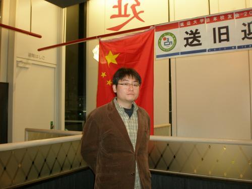 校友会理事の紹介もありました。<br /><br />写真は定期総会にて日本人としてはじめて日本校友会の理事となった<br /><br />堀田幸裕さん<br />2000年〜2002年にかけ延辺大学に留学。<br />現在、霞山会研究員、愛知大学国際問題研究所客員研究員。<br /><br />enyasuが延辺に住むことが決まった時、ネット上の堀田さんの滞在記より多くの情報を得ました。お会いすることができ光栄です。
