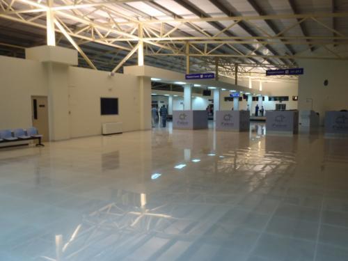 ガン空港到着です。<br />国際線のフライトも着くということでとても大きな空港ですが、<br />この日は入国審査に人もいなくてがらんとした雰囲気。