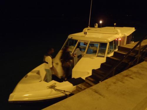 こちらがシャングリラ行きのスピードボートです。<br />ボートに乗るときは必ずライフジャケット着用となります。