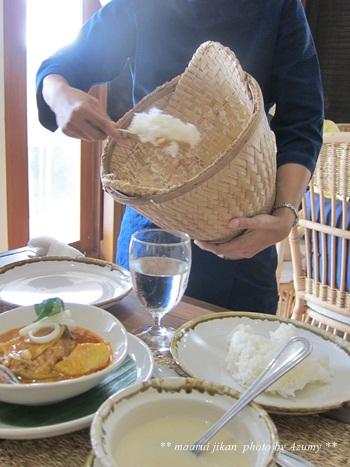 ご飯は一人ずつお皿に盛りつけてくれます。