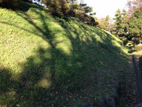 郷土博物館のすぐ裏手には、忍城の本丸土塁が良好な状態で残っていました。<br /><br />博物館と本丸土塁を結ぶ入口は、忍藩の藩校だった進修館の門と言い伝えられる門が移築されて、その門をくぐることができます。