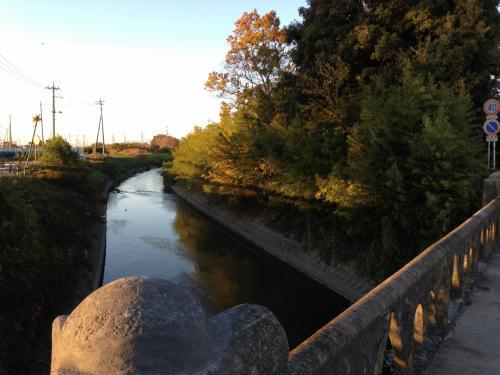 駐車場と史跡公園は、ちょうど忍川が堤に沿って流れています。<br />あと、新幹線の高架と交差する地点ですので、場所は比較的見つけやすかったです。