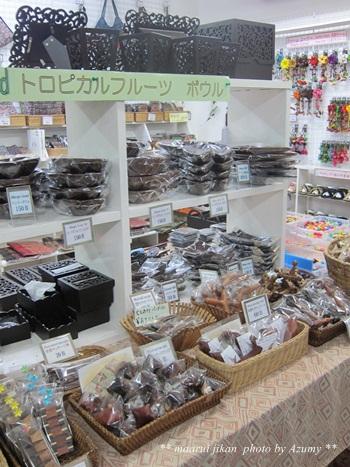 こちらは日本人ご夫婦が経営するお店。<br />店内にはタイ雑貨などのお土産物。<br /><br />