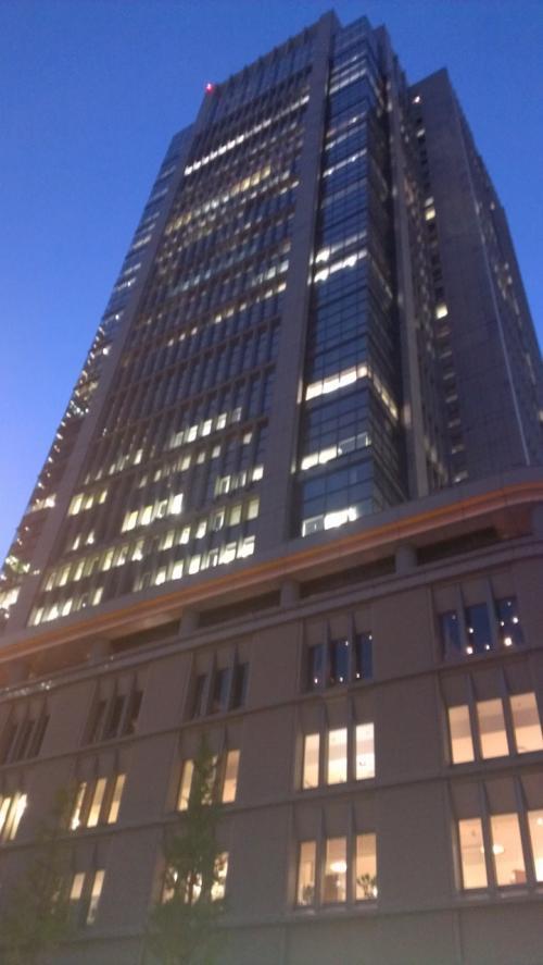次は丸の内ビルに移動。<br /><br />丸の内ビルは、東京駅の地下街からもつながっているので便利。<br /><br />ちなみに丸の内ビル5階と新丸ビル7階にラウンジがあり、ラウンジから眺める東京駅正面の夜景はなかなかでした。