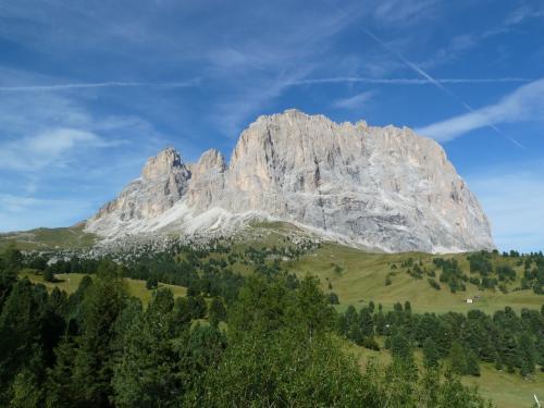 こちらは、上で紹介したサッソ・ルンゴ山塊を裏からみた写真です。<br /><br />ここを通って、右のほうに降りればファッサ渓谷へ、左へ上がればポルドイ峠やバディア渓谷、更に北上するとプステリア渓谷へ。<br /><br />ここでは、ポルドイ峠、ポルドイ台地をご紹介します。