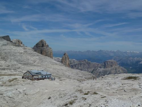 ポルドイ台地を北方に歩く事1時間ちょっと。ボエ山小屋が見てて来ます。<br />登山客の憩いの場です。<br /><br />山小屋の向こうに見えるのは、オーストリアンアルプスです。<br /><br />ここからは、オーストリア、イタリア、スイスのアルプス、そしてドロミテの山々を、を臨むことができます。<br /><br />ポルドイ台地が『ドロミテのテラス』と呼ばれるのがわかります。
