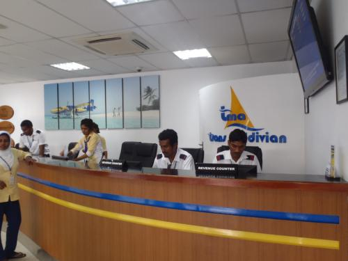 モルディブには水上飛行機の会社が2つありますが、<br />アンサナ・ヴェラーヴァルへはTMAという方の水上飛行機会社での<br />フライトとなります。