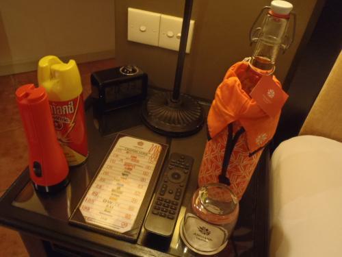ベッドサイドにはお水やテレビのリモコン、懐中電灯、殺虫剤など。