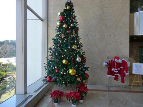 午後1時過ぎ、エクシブ鳥羽(本館)フロントに行きチェックインをする。ロビーにはクリスマスツリー(写真)が飾られている。<br />