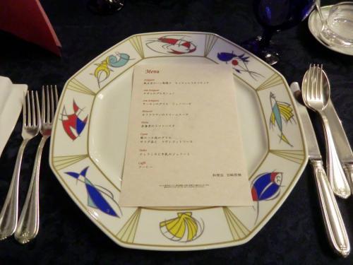 今夜の料理は「特別招待券」専用メニューということで、名前はついていないが単価6000円のコース料理になっている。グラスワイン、ノンアルコールビールで乾杯する。「メリークリスマス」