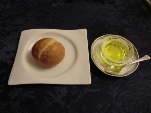熱いパン(写真)。オリーブオイルに追加してバターをもらい、両方の味を比べる。good.