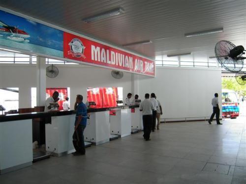 マヤフシへの移動は水上飛行機。Maldivian Air Taxiの赤い水上飛行機です。<br />リゾート名、名前を伝えて、カウンタでチェックイン。<br />預ける荷物の重量は一人20キロ+手荷物5キロまで。それ以上超える場合は、1キロにつきUS$4+8%(GST)の超過料金がかかります。搭乗券に荷物の重量に明細が明確に載ってきます。 <br />