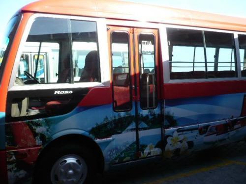 国際線ターミナルのチェックインカウンターから、水上飛行機乗り場のターミナルまでは赤いバスで移動。<br />空港を半周します。移動中右手にはマーレの首都が見えます。 <br />