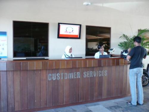 バスを降りたら直ぐに、Customer Serviesカウンターがあります。<br />カウンタースタッフに搭乗券を見せて、水上飛行機の出発時間を再度確認! <br />