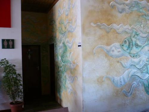 お手洗いは魚ちゃんの壁の奥にあります。<br />エアコンが効いていて気持ち良い〜〜〜。<br />中にはシャワールームもあります。