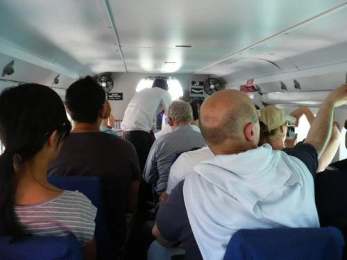 水上飛行機は15人乗り。自由席!右二人席、左一人席。<br />両サイドの景色の写真を撮りたい方は、カップルでも左右離れて座る方もいます。