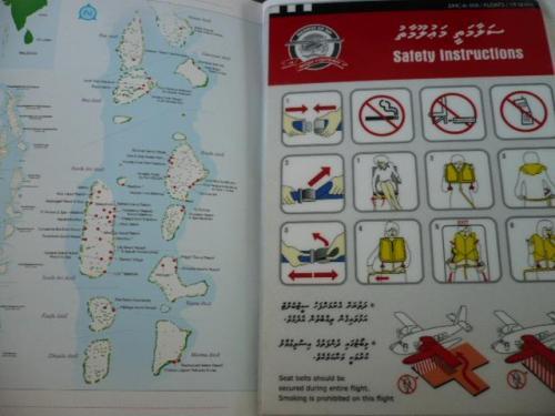 座席前のポケットには、無料機内誌&緊急時の案内があります。<br />緊急時の案内&ライフジャケットの位置は必ず確認しましょう〜。