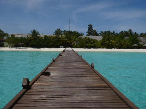 桟橋から島の景色。<br />広いラグーンで、マリンブルーの色がとっても綺麗です。