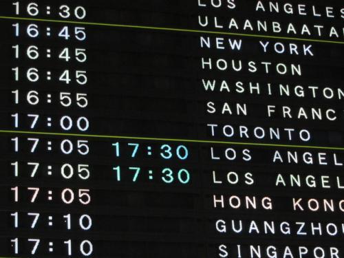 12月3日<br /><br />まずはお決まりのショット<br /><br />AC002便 使用機材はBoeing 777-300<br />Yクラスですがレッグスペースもまずまずで、そこそこ快適なフライトでした。<br /><br />通常この便で行くと、当日深夜に島に到着するのですが、このシーズンは乗り継ぎが悪く(カナダ国内線の便が少ない)、行き返りともトロントでトランジット。<br /><br />エアカナダは正規と格安航空券の差があまりなく、エアカナダのホームページからの予約がお得のようです。(その場で座席指定も可)<br />http://www.aircanada.com/jp/home.html<br />