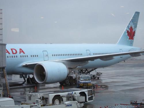 AC002便<br /><br />当然Yクラスの機内食は期待できません。<br />ただしアルコールは無料(^^)<br /><br />◆ここでご注意<br />冬季のカナダ国内線はスケジュールがよく変わります。<br />変更になっても連絡がこない?ので、予約から出発までの間に何度か確認が必要です。<br />私達も2回変更されました。(当然指定した座席も変わります)<br />