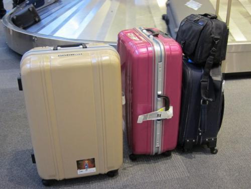 今回の旅支度。<br /><br />75Lのスーツケース2個と機内バッグ、カメラバッグです。<br />スーツケースはサンコー鞄の軽いやつ。キャスターもシッカリしていていいですよ〜<br />http://item.rakuten.co.jp/sojourner/sles-66-gd/<br /><br /><br />アン募金のシールつき!<br />