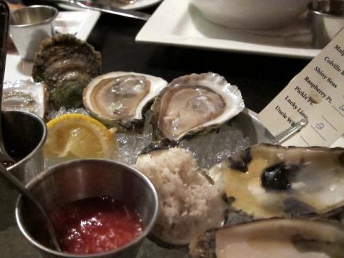 アトランティック・カナダの牡蠣の盛り合わせ。<br /><br />右手の紙に産地が書いてありますが、美味しけりゃいいか。<br />ただ日本の生牡蠣に比べると、淡白で塩辛いです。