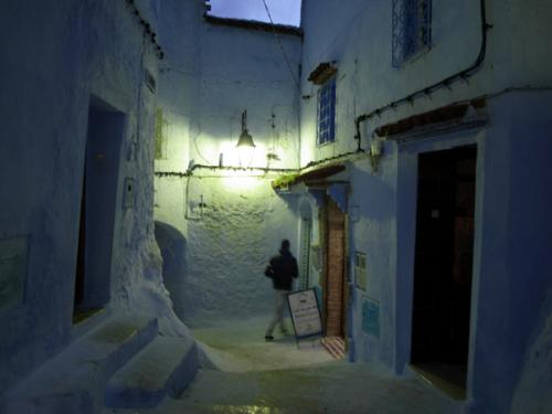 夜の明かりの中でも美しい、幻想的なメディナの路地裏。実際には観光客がたくさん歩いていて、夜も安全な感じです。<br />
