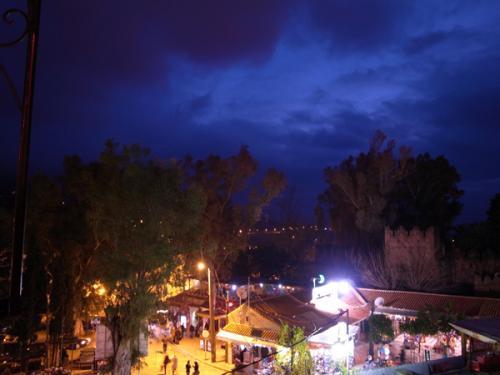 カスバのある広場では、「panorama」(パノラマ)が楽しめる高台のレストランのテラスに行ってみましょう。特に夜は広場があかあかと照らされていてさらに美しいです。<br />