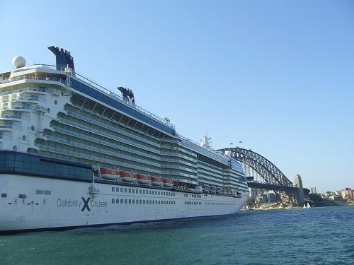ハーバーブリッジと並ぶ大型クルーズ客船 Celebrity Solstice号。洋上クルージングの途上なのだろう,この2時間後ぐらいに出港して行った