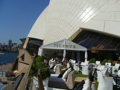 周囲は観光客のレストランやカフェがいっぱい,典型的な観光施設ともなっている