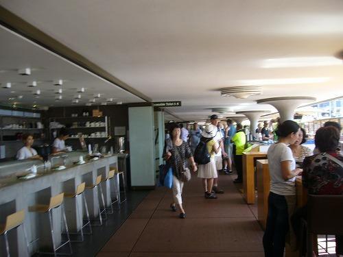 地階の海に面したカフェやレストラン。これから優雅なディナーが始まるのだろう
