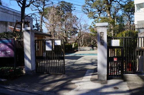 旧朝倉家住宅があるのは、駒沢通りの鎗ヶ崎交差点から旧山手通りに入り、1つ目の交番のある交差点を左に曲がってすぐのところ。