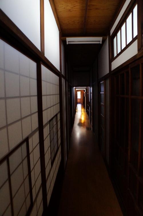 この建物は今は渋谷区が管理して、旧朝倉家住宅として公開されています。<br />入場料100円を払って早速中を見学。