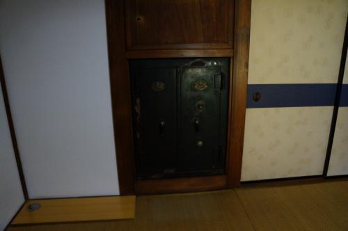 玄関を入ってすぐのところに、金庫部屋が