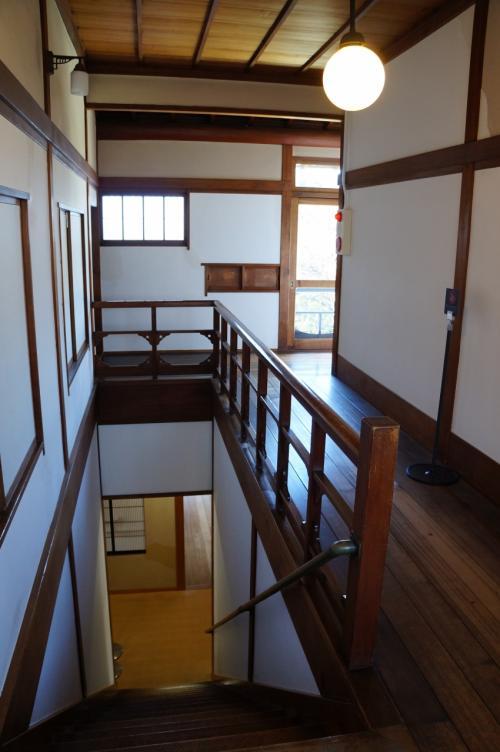 2階に上がるメイン階段 奥にはサブの階段もありました。