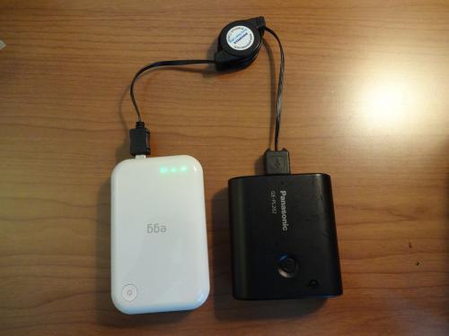 ちなみにこれが私の持ち運び方法。充電池で本体に充電しながら使用する形になるので1日中早朝から夜遅くまで常時接続していても十分に持ちます。<br /><br />iPad用の充電器を持っている人なら充電池はそれを使うと急速充電が出来るので便利です。