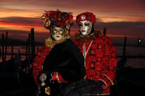 その隣では、真っ赤な空と真っ赤な衣装が良いコラボのカップルがポージング
