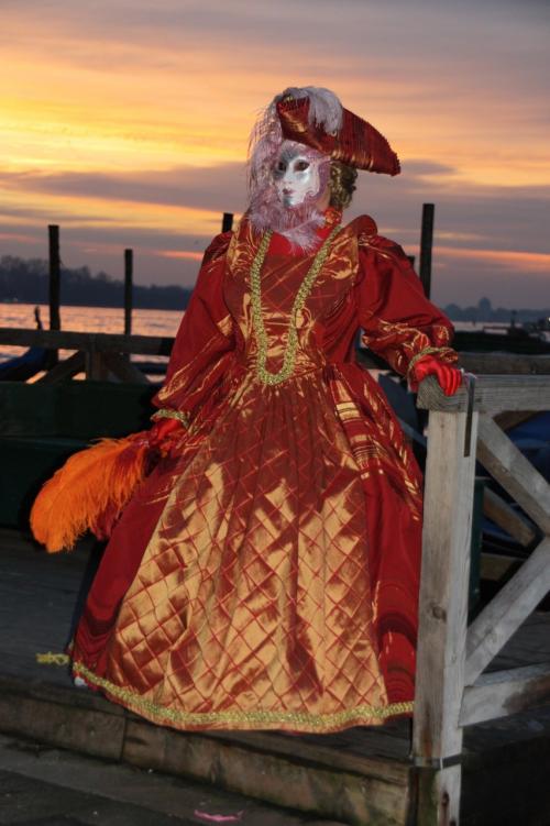 そして振り向けば、私の大好きなオレンジのドレスを纏ったマスケラさん。<br />オレンジの空が似合います。