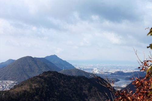 吉野神社からリフレ芥見を目指し、下って行きます。<br />前方には岐阜の町の広がります。<br />先の山は金華山で、その右の川は長良川です。<br />山頂に城が見えます。