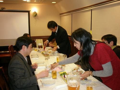 食事会が始まりました。<br /><br />近くの席の方に料理を盛り付ける素敵な奥様もいらっしゃいました。